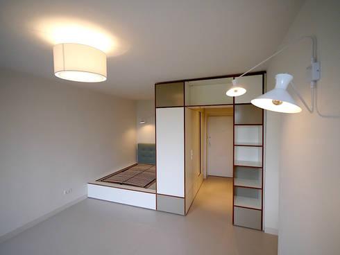 Apartment S: moderne Schlafzimmer von van risk