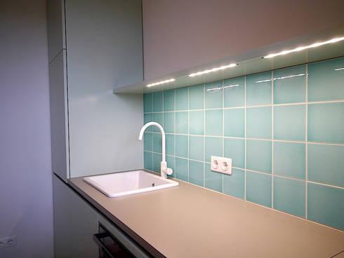 Apartment S: moderne Küche von van risk