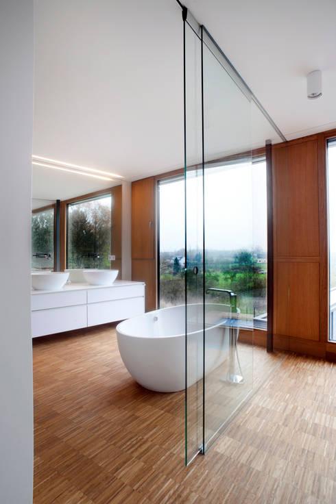 Ванные комнаты в . Автор – STEINMETZDEMEYER architectes urbanistes