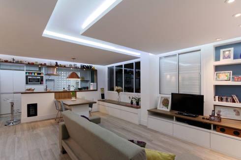 Apartamento Itaim Bibi – 90m²: Salas de estar minimalistas por Raphael Civille Arquitetura