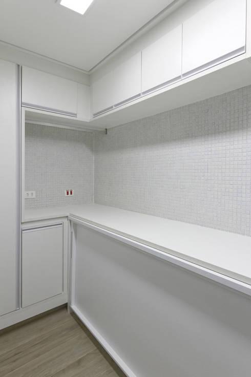 Apartamento Itaim Bibi – 90m²: Garagens e edículas minimalistas por Raphael Civille Arquitetura