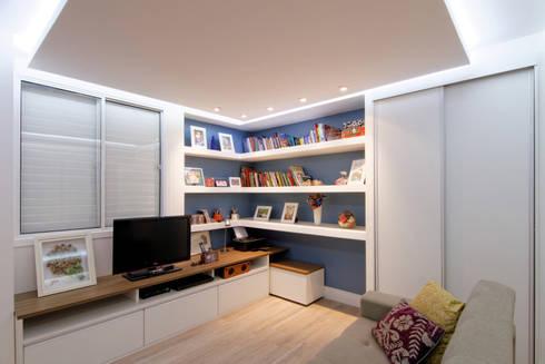 Apartamento Itaim Bibi – 90m²: Salas multimídia minimalistas por Raphael Civille Arquitetura