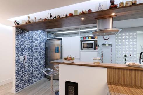 Apartamento Itaim Bibi – 90m²: Adegas minimalistas por Raphael Civille Arquitetura