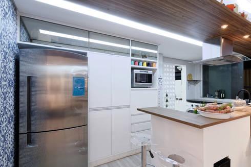 Apartamento Itaim Bibi – 90m²: Cozinhas minimalistas por Raphael Civille Arquitetura
