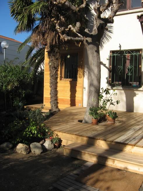 jeu de terrasses et cheminement en bois:  de style  par casa architectes