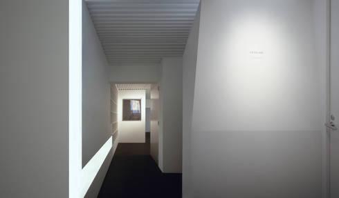 A view at night 1: Madhut Architectsが手掛けたオフィススペース&店です。