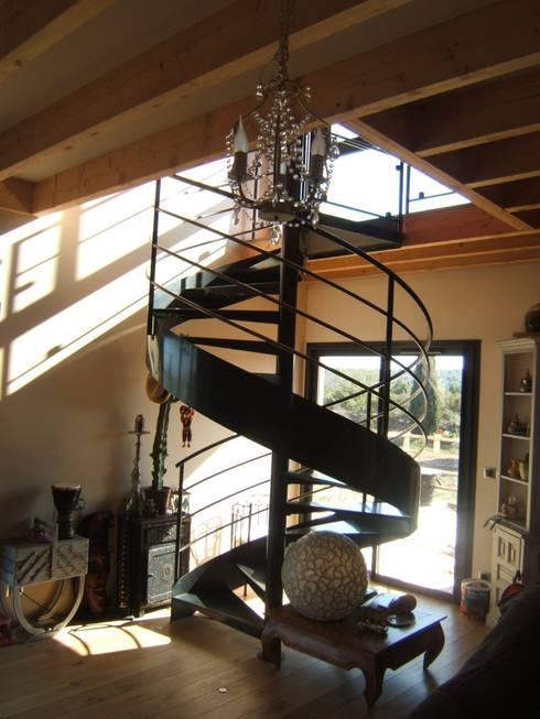 un escalier dans un puits de lumière: Maisons de style  par casa architectes