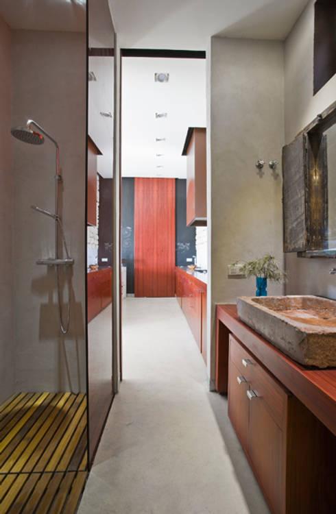 Interior baño vivienda: Baños de estilo rural de Tomás Amat Estudio de Arquitectura