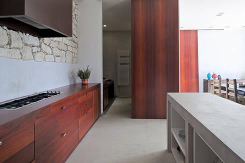 Interior cocina vivienda: Cocinas de estilo rural de Tomás Amat Estudio de Arquitectura