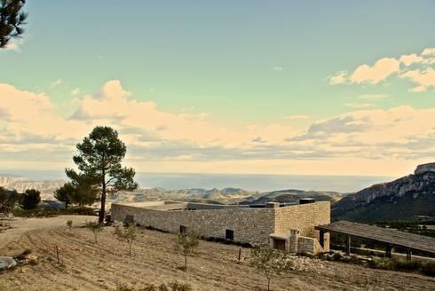 Mas allá de la montaña: Casas de estilo rural de Tomás Amat Estudio de Arquitectura