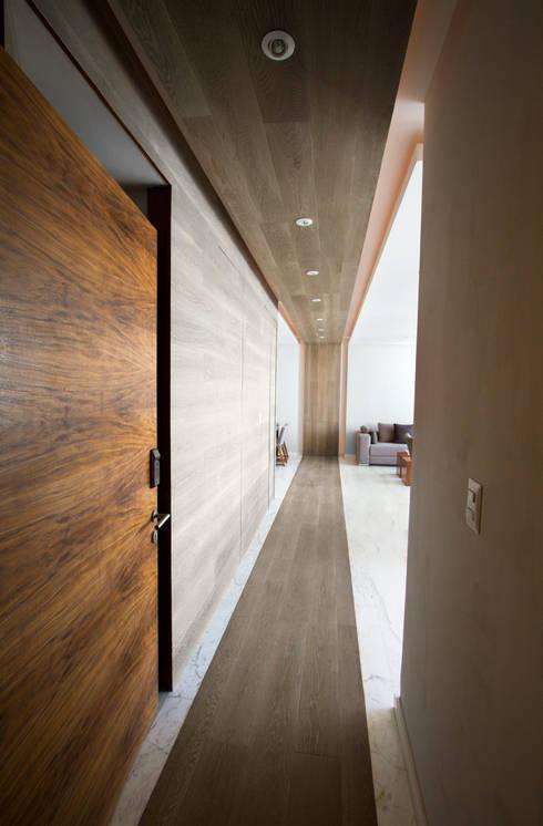 Departamento CC: Pasillos y recibidores de estilo  por Concepto Taller de Arquitectura