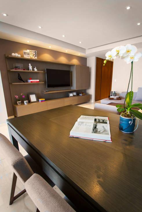 Departamento CC: Salas multimedia de estilo moderno por Concepto Taller de Arquitectura