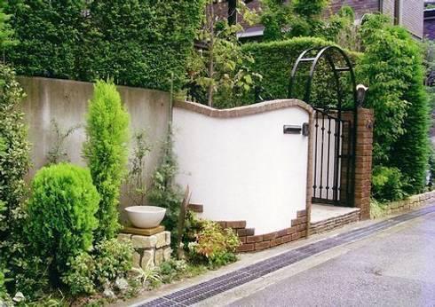 アーチは従前のものをリユース: アーテック・にしかわ/アーテック一級建築士事務所が手掛けた庭です。