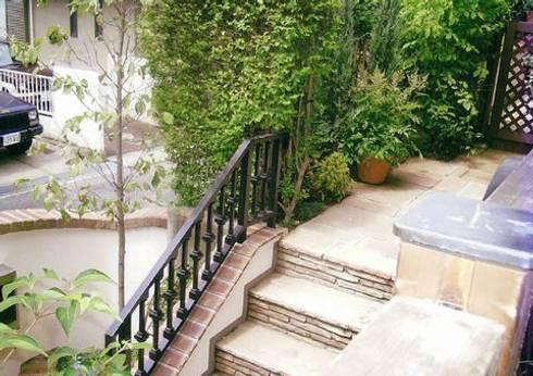 インド砂岩の方形乱張りでペイビング(舗装): アーテック・にしかわ/アーテック一級建築士事務所が手掛けた庭です。