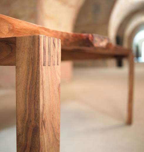 esstisch massivholz mit nat rlicher baumkante jeder tisch ein unikat von m beltischlerei. Black Bedroom Furniture Sets. Home Design Ideas