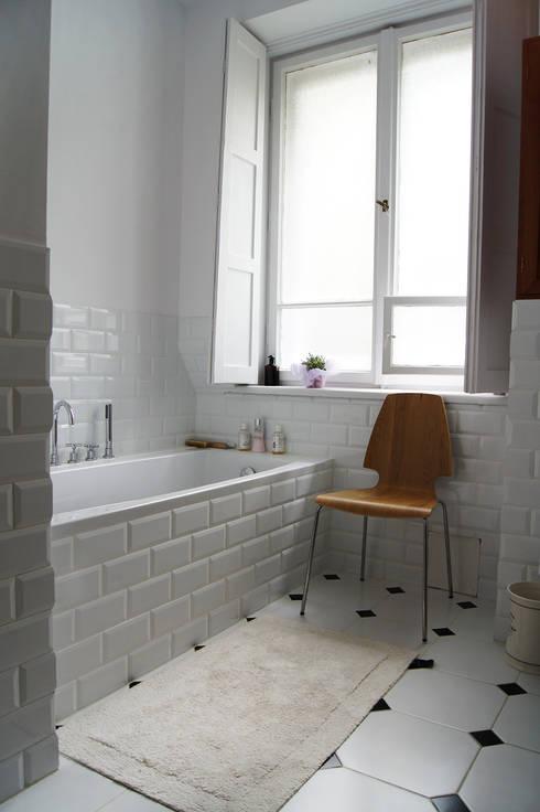 Mieszkanie w kamienicy / Warszawa, Żoliborz : styl , w kategorii Łazienka zaprojektowany przez ZAZA studio