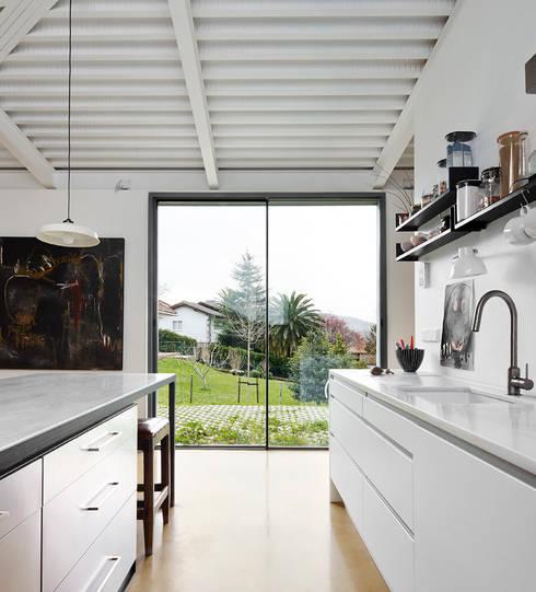 Cocinas de estilo industrial por miba architects