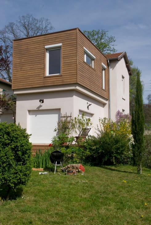 Extension bois sur terrasse, Saint Genis Laval: Maisons de style  par RGn architecte