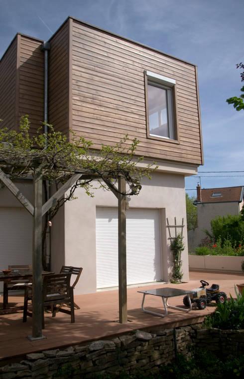 Vue sur la terrasse: Maisons de style de style Moderne par RGn architecte