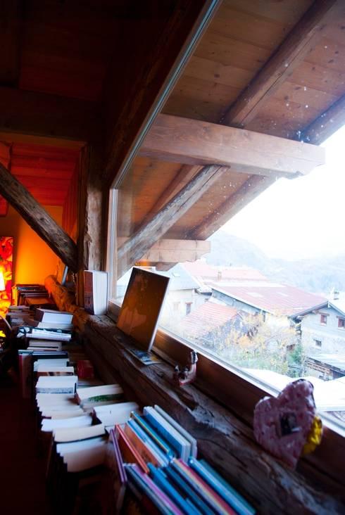 un appartement dans une grange sur trois niveaux, en Savoie: Chambre de style  par atelier choron pellicier