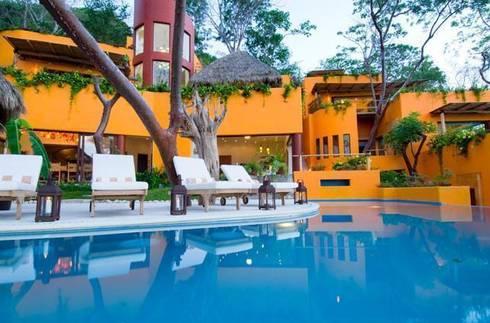 Villas Mandarina: Albercas de estilo mediterraneo por CASA MÉXICO