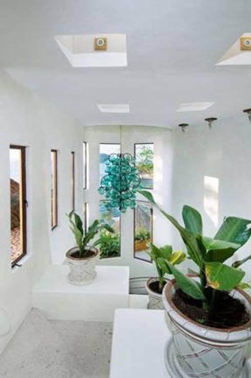Villas Mandarinas: Vestíbulos, pasillos y escaleras de estilo  por CASA MÉXICO