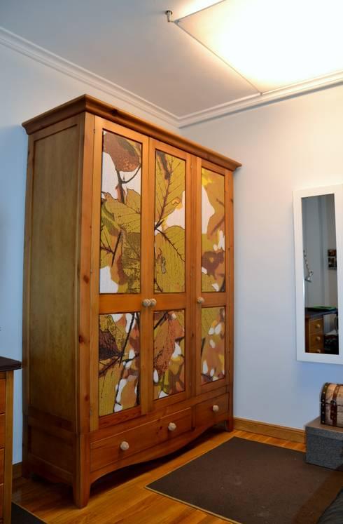 UN PEQUEÑO VESTIDOR: Dormitorios de estilo ecléctico de  MIKELY Decoradores de Interiorismo