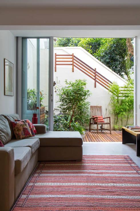 APARTAMENTO KG: Salas de estar modernas por Raquel Junqueira Arquitetura