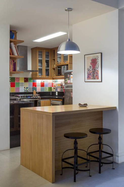 Cocinas de estilo moderno por Raquel Junqueira Arquitetura