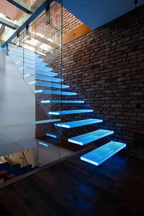 Vestíbulos, pasillos y escaleras de estilo  por KAISER Schody Sp. z o.o.