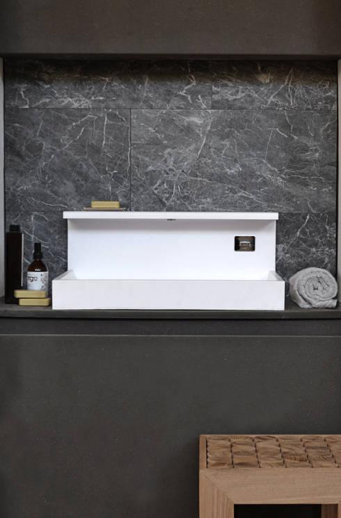 JP solid surface: Bagno in stile in stile Moderno di MG12