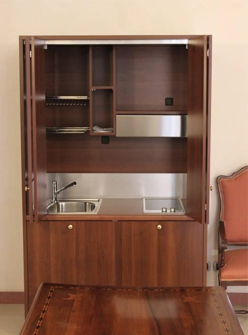 Monoblocco cucina da cm.125 con ante a libro - aperto: Studio in stile  di MiniCucine.com