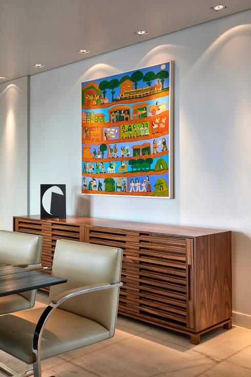Buffet em madeira e tela de Antônio Poteiro: Sala de jantar  por Fernanda Sperb Arquitetura e interiores