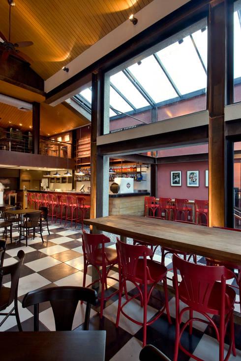 Vista geral do bar: Bares e clubes  por Fernanda Sperb Arquitetura e interiores