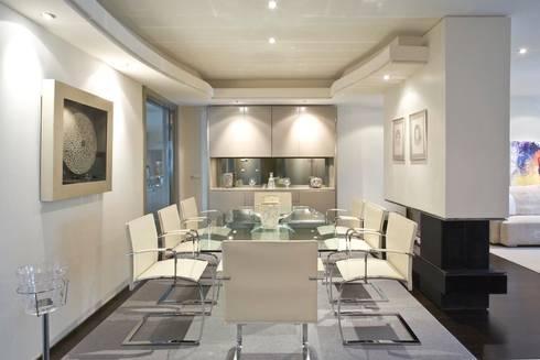 Interiorismo  y decoracion de apartamento de lujo en el centro de Granollers.: Comedor de estilo  de Ojinaga