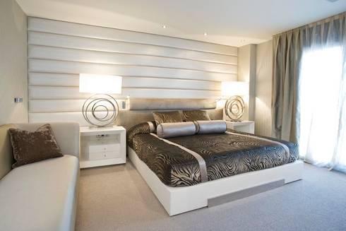 Interiorismo  y decoracion de apartamento de lujo en el centro de Granollers.: Dormitorios de estilo moderno de Ojinaga