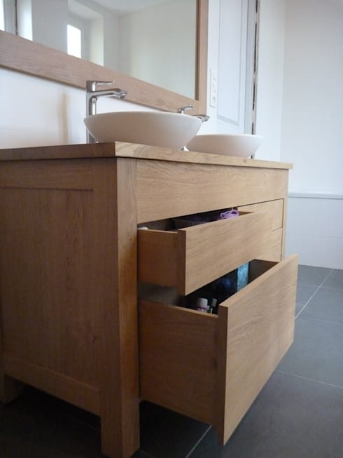 Meuble de salle de bain en chêne: Salle de bain de style  par L'ébénisterie d'Elise
