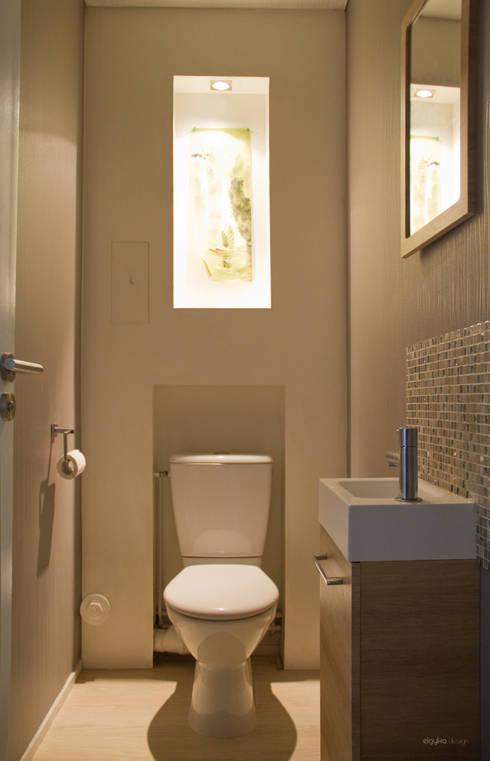 Toilettes cosy: Salle de bain de style  par ELGYKA DESIGN