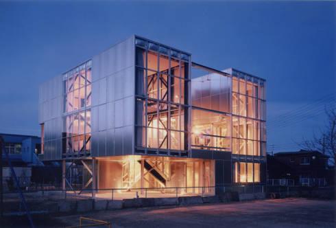 南西側外観 夜景: 井戸健治建築研究所 / Ido, Kenji Architectural Studioが手掛けた家です。