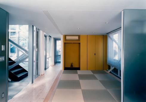 1階 母世帯和室: 井戸健治建築研究所 / Ido, Kenji Architectural Studioが手掛けたリビングです。