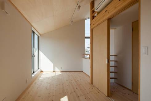 屋外ブリッジのある家: 山岡建築研究所が手掛けた子供部屋です。