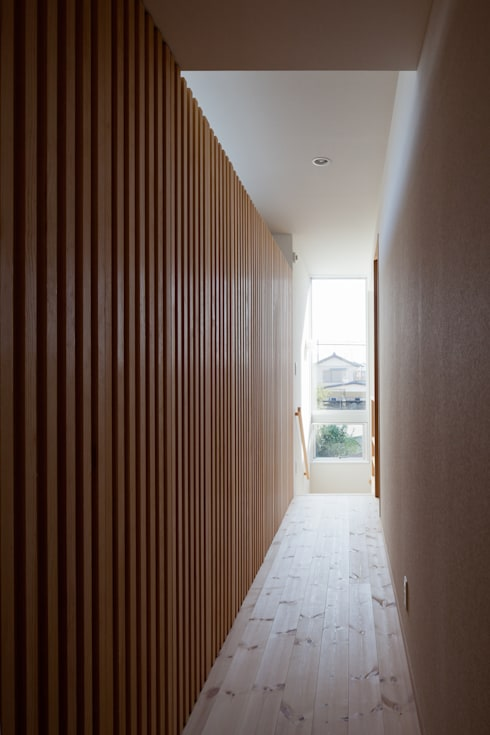 屋外ブリッジのある家: 山岡建築研究所が手掛けた廊下 & 玄関です。