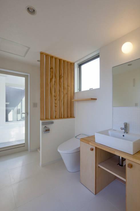 屋外ブリッジのある家: 山岡建築研究所が手掛けた浴室です。