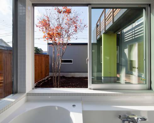 屋外ブリッジのある家: 山岡建築研究所が手掛けた洗面所&風呂&トイレです。