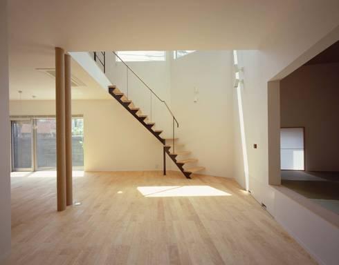 リビング 階段を見る: (有)菰田建築設計事務所が手掛けたリビングです。