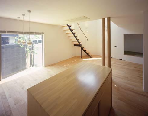 キッチンよりダイニング、リビングを見る: (有)菰田建築設計事務所が手掛けたダイニングです。