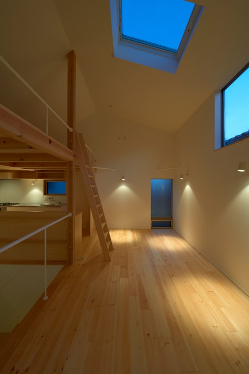 リビング 黄昏時 間接照明: (有)菰田建築設計事務所が手掛けた窓です。