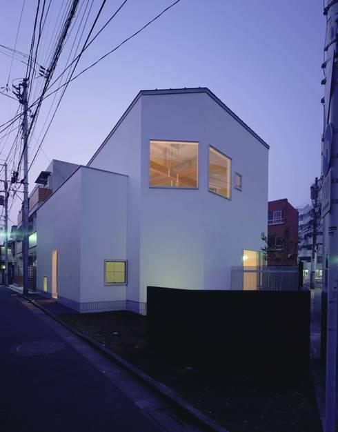 ファサード:夜景: (有)菰田建築設計事務所が手掛けた家です。
