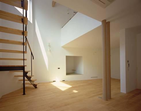 リビングへ吹き抜けを通して落ちる光: (有)菰田建築設計事務所が手掛けたリビングです。
