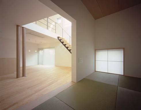 畳スペースよりリビング、ダイニングを見る: (有)菰田建築設計事務所が手掛けた和室です。